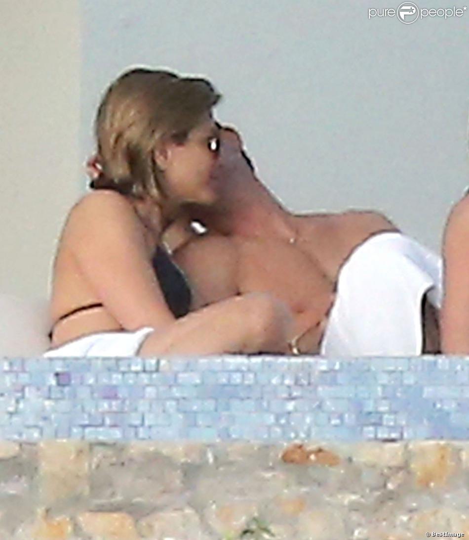 Justin Theroux tendre avec sa fiancée Jennifer Aniston lors de leurs vacances à Los Cabos (Cabo San Lucas) au Mexique, le 29 décembre 2013.