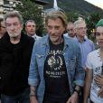 """Eddy Mitchell et Johnny Hallyday lors du dernier jour de tournage de """"Salaud, on t'aime"""" à Saint-Gervais-les-Bains le 31 juillet 2013."""