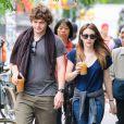 Emma Roberts et son petit-ami Evan Peters dans les rues de New York, le 22 mai 2013.