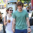 Emma Roberts, très joyeuse, et son petit-ami Evan Peters à New York, le 21 mai 2013.
