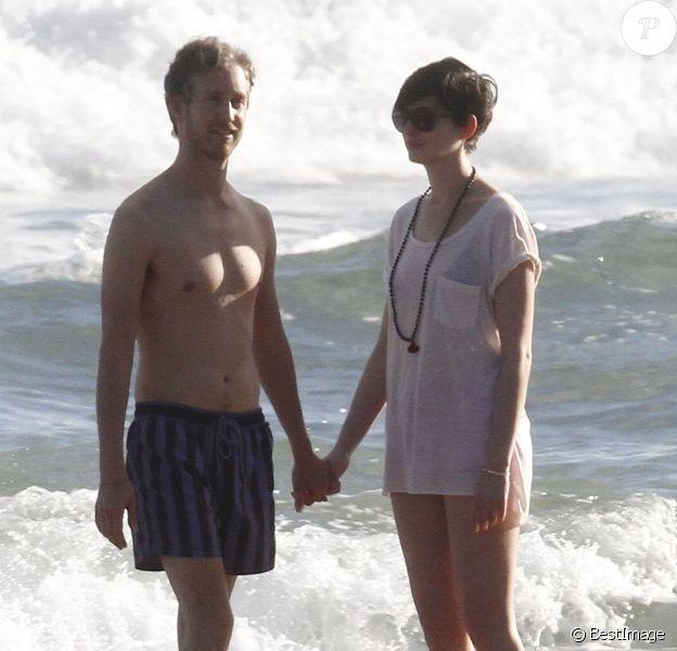 Anne Hathaway et son mari Adam Shulman in love en vacances à Hawaii, le 9 janvier 2014.