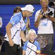 Lleyton Hewitt et son fils Cruzlors du Kids' Day de l'Open d'Australie à Melbourne le 11 janvier 2014.