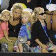 La famille du tennisman Lleyton Hewitt, sa femme Beck et leurs enfants lors du Kids' Day de l'Open d'Australie à Melbourne le 11 janvier 2014.
