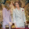 La princesse Letizia et la reine Sofia d'Espagne présidaient ensemble la remise des décorations 2012 dans l'Ordre civil de la solidarité sociale, au palais de la Zarzuela, à Madrid, le 14 janvier 2014