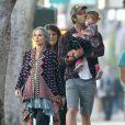 Elsa Pataky enceinte, son mari Chris Hemsworth et leur fille India font du shopping à Venice Beach, le 8 janvier 2014.