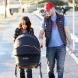 Exclusif - Jennifer Love Hewitt et son mari Brian Hallisay s'offrent une balade avec leur fille Autumn James à Santa Monica, le 16 janvier 2014.