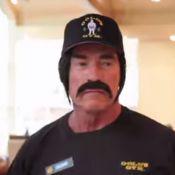 Arnold Schwarzenegger : Moustachu, Terminator devient coach dans un club de gym