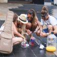 Anaïs (Secret Story 7), Amélie (Secret Story 4, Les Anges de la télé-réalité), Eddy (Secret Story 7), et Dania, ange anonyme, tentent de vendre du jus d'orange au profit de leur association à Sydney, en Australie, le 20 janvier 2014, pour le tournage des Anges de la télé-réalité 6.