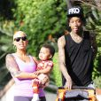 Amber Rose, son mari Wiz Khalifa et leur fils Sebastian se promènent sous le soleil de Los Angeles. Le 28 janvier 2014.
