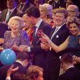 Le Premier ministre néerlandais Mark Rutte, le roi Willem-Alexander des Pays-Bas et la reine Maxima entourant la princesse Beatrix des Pays-Bas le 1er février 2014 au Ahoy de Rotterdam pour un vibrant hommage en marque de gratitude pour ses 33 ans de règne, de 1980 à son abdication le 30 avril 2013 au profit de son fils Willem-Alexander.
