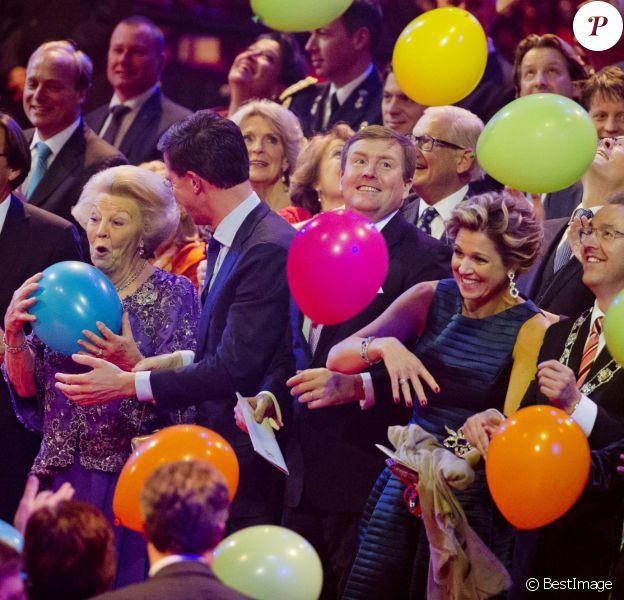 La reine Maxima dans un nuage de ballons, la princesse Beatrix s'accroche au sien. La princesse Beatrix des Pays-Bas recevait le 1er février 2014 au Ahoy de Rotterdam, en présence de son héritier le roi Willem-Alexander et de la reine Maxima ainsi que de l'ensemble de la famille royale, un vibrant hommage en marque de gratitude pour ses 33 ans de règne, de 1980 à son abdication le 30 avril 2013 au profit de son fils Willem-Alexander.