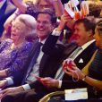 Le Premier ministre néerlandais Mark Rutte s'amuse bien entre la princesse Beatrix et le roi Willem-Alexander.La princesse Beatrix des Pays-Bas recevait le 1er février 2014 au Ahoy de Rotterdam, en présence de son héritier le roi Willem-Alexander et de la reine Maxima ainsi que de l'ensemble de la famille royale, un vibrant hommage en marque de gratitude pour ses 33 ans de règne, de 1980 à son abdication le 30 avril 2013 au profit de son fils Willem-Alexander.