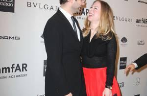 Chelsea Clinton brille au bras de son homme au gala l'amfAR