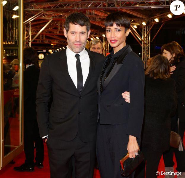 """Jalil Lespert et sa compagne Sonia Rolland (costume noir de la marque Costume National et chaussures en velours noir de la marque Christian Louboutin) lors de la première du film """"Yves Saint Laurent"""" lors du 64eme Festival International du Film de Berlin, le 7 février 2014."""