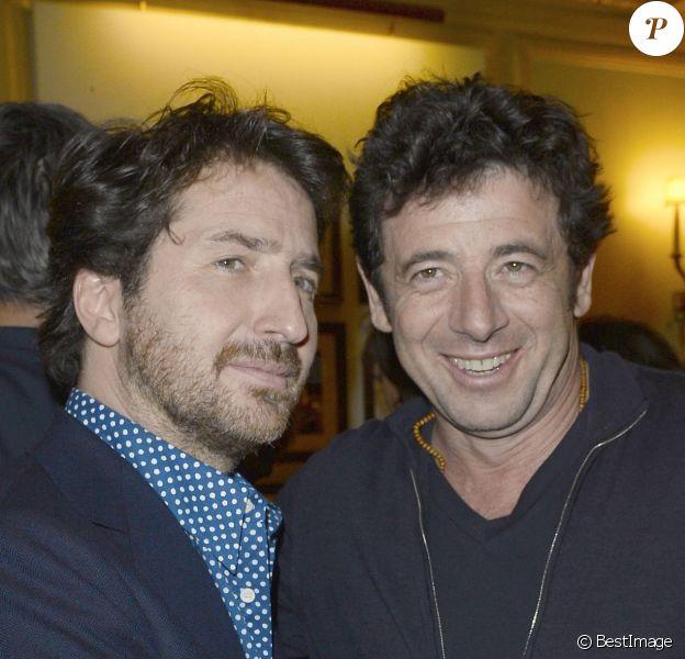 """Edouard Baer et Patrick Bruelà la générale de leur pièce """"La porte à côté"""" au Théâtre Édouard VII à Paris, le 10 fevrier 2014."""
