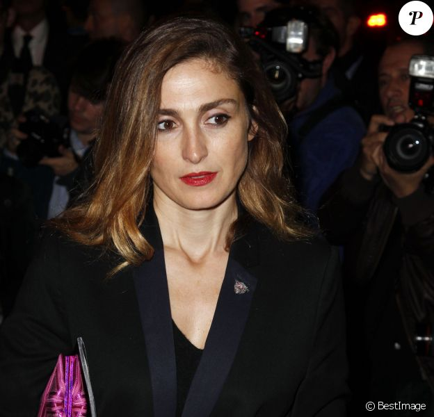 """Julie Gayet - Arrivées des people au défilé de mode """"Yves Saint Laurent"""", collection le 30 septembre 2013"""