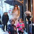 La chanteuse Mariah Carey et ses jumeaux Monroe et Moroccan Cannon font du shopping sous la neige pendant leur séjour à Aspen, dans le Colorado, le 20 décembre 2013.