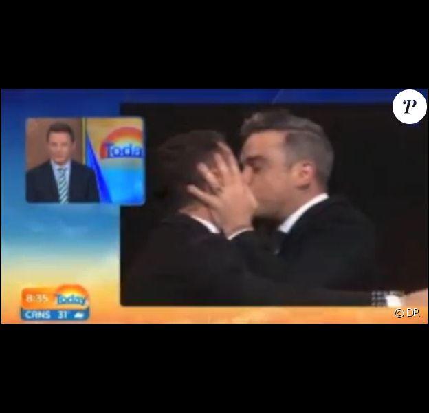 Robbie Williams embrasse l'animateur du Today Show, le 20 février 2014.