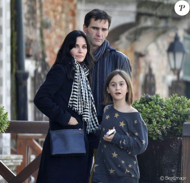 Exclusif - Courteney Cox se promène avec sa fille Coco Arquette et son petit ami Johnny McDaid à Venise, le 16 février 2014.