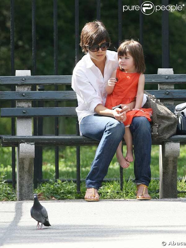 Katie Holmes et sa fille Suri en balade à New-York