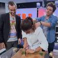 """Kev Adams et son ami John Eledjam draguent Jennifer pendant qu'elle cuisine. """"Top Chef 2014""""."""
