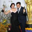"""Kristen Anderson et Robert Lopez à la 86e cérémonie des Oscars, à Los Angeles le 2 mars 2014. Le couple a remporté le trophée de la meilleure chanson originale pour """"Let it Go"""", écrite pour le film """"Frozen""""."""