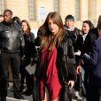 Adèle Exarchopoulos lors du défilé Louis Vuitton à la Cour Carrée du Louvre, Paris, le 5 mars 2014.
