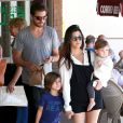 Scott Disick, Kourtney Kardashian et leurs deux enfants Mason et Penelope quittent le restaurant Label's Table Delicatessen. Woodland Hills, le 9 mars 2014.
