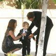 Griffin O'Neal avec sa femme et un de ses enfants lors des funérailles de Farrah Fawcett à Los Angeles le 30 juin 2009