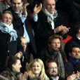 Richard Anconina, Gilles Bouleau et Laurent Delahousse lors du match entre le Paris Saint-Germain et le Bayer Leverkusen, huitième de finale retour de la Ligue des Champions au Parc des Princes à Paris le 12 mars 2014