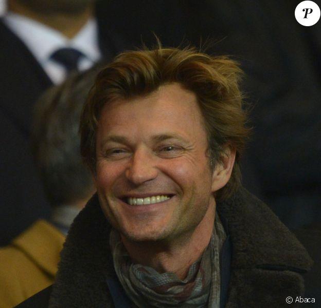 Laurent Delahousse lors du match entre le Paris Saint-Germain et le Bayer Leverkusen, huitième de finale retour de la Ligue des Champions au Parc des Princes à Paris le 12 mars 2014