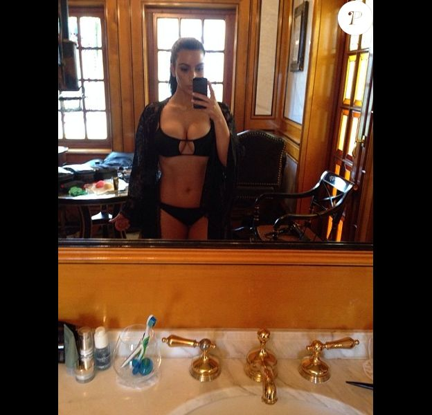 Kim Kardashian exhibe son corps dans un bikini noir sexy à Miami. Un maillot puiqué à sa petite soeur Kylie. Mars 2014