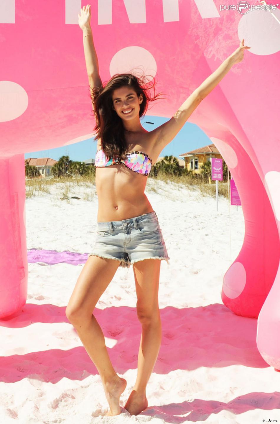 Sara Sampaio, irrésistible en haut de bikini et mini-short, anime la Spring Break Beach Party de Victoria's Secret PINK, sur une plage de Destin en Floride. Le 13 mars 2014.