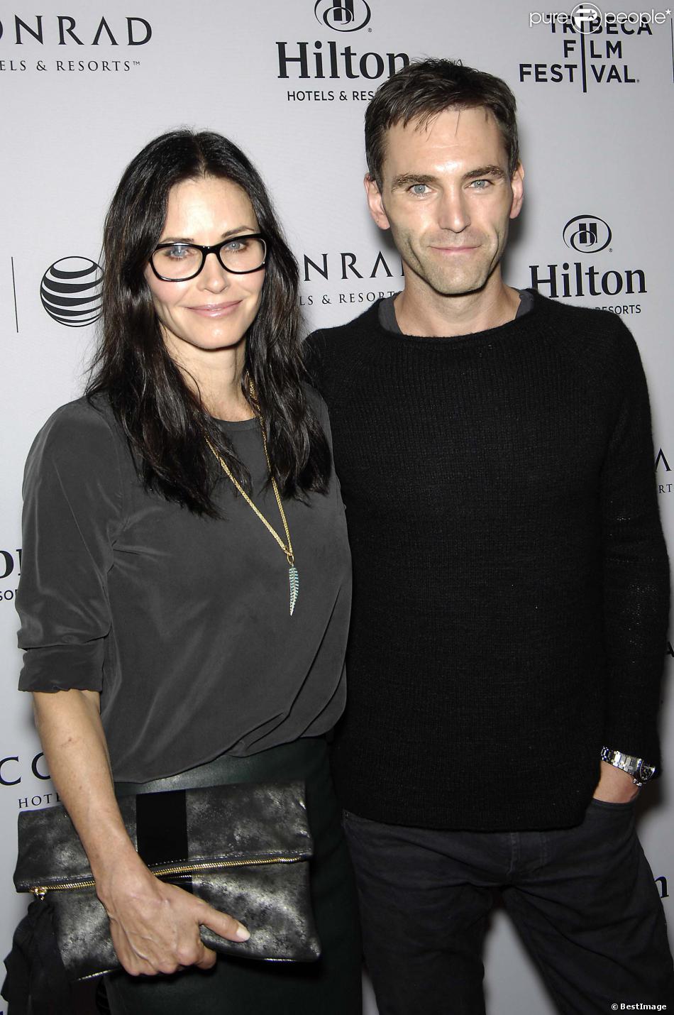 Courteney Cox et son petit ami Johnny McDaid lors d'une soirée-cocktail en l'honneur du Festival du Film de Tribeca à Beverly Hills, le 17 mars 2014.