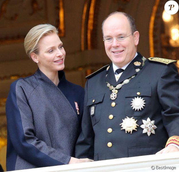 La princesse Charlene et le prince Albert II de Monaco - La famille de Monaco au balcon du palais princier lors de la fête nationale à Monaco. Le 19 novembre 2013
