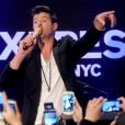 Robin Thicke donne un concert lors de la soirée d'inauguration de la boutique EXPRESS Times Square à New York le 25 mars 2014