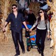 Robin Thicke et son épouse Paula Patton accompagnés de leur fils Julian chez Mr. Bones Pumpkin Patch à West Hollywood, le 25 octobre 2013
