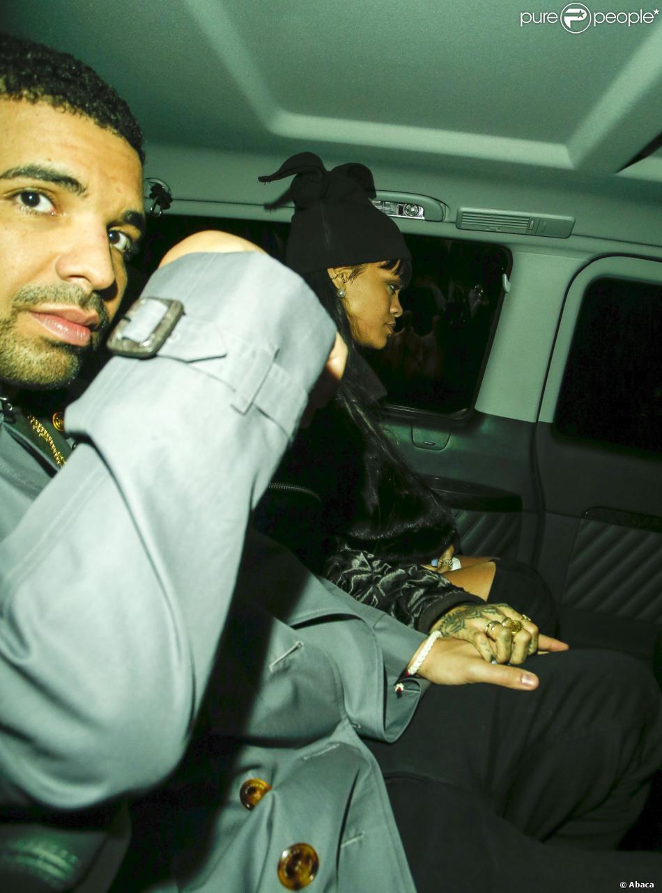 Drake et Rihanna, main dans la main en voiture, quittent le restaurant Novikov, à Londres. Le 27 mars 2014.