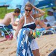Nancy Carell avec ses deux enfants sur la plage près du Grand Wailea Resort & Spa à Maui, Hawaï, le 31 mars 2014.