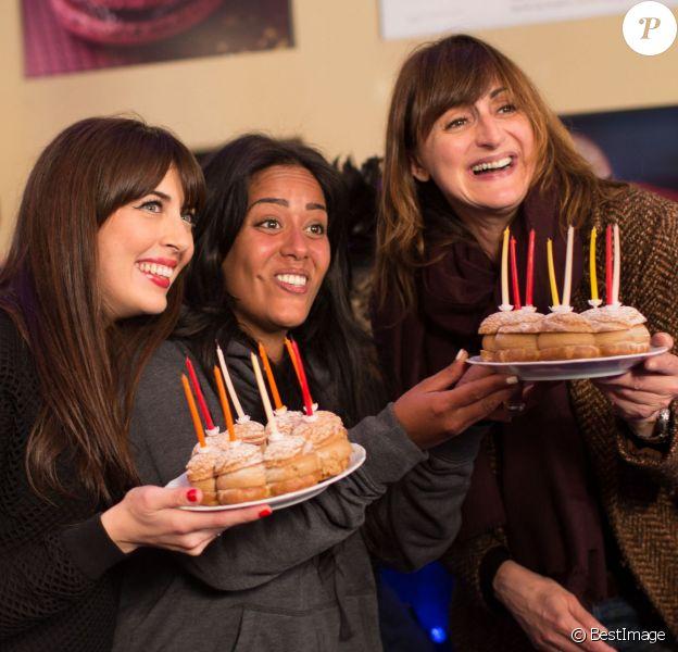 Exclusif - Nolwenn Leroy et Amel Bent apportent les gâteaux d'anniversaire à Nathalie André dans les coulisses du Sidaction 2014, le 25 mars 2014 au thêatre Mogador à Paris (diffusion le 5 avril 2014 sur France 2).