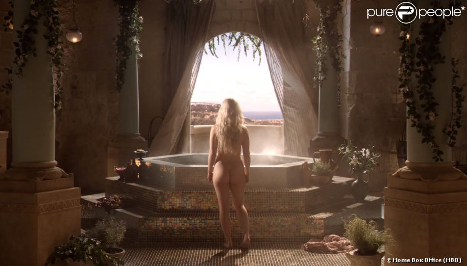 """Emilia Clarke dans le premier épisode de """"Game of Thrones"""" diffusé en 2011. Le ton est donné..."""