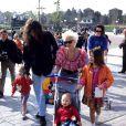 Peaches Geldof à Disneyland Paris en avril 1992 avec son père Bob Geldof, sa mère Paula Yates (décédée en 2000) et ses soeurs Fifi et Pixie.