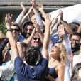 Kate Hudson souriante avec Zach Braff, Joey King, Josh Gad et l'équipe du film Wish I Was Here sur le tournage à Los Angeles le 6 septembre 2013