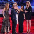 Josh Hutcherson avec Leslie Mann, Cameron Diaz, Nicki Minaj et Kate Upton sur la scène des MTV Movie Awards 2014, le 13 avril 2014.