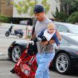 Josh Duhamel avec son fils Axl Jack à Los Angeles, le 13 avril 2014.