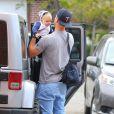 Josh Duhamel avec son fils Axl Jack dans les rues de Brentwood à Los Angeles, le 13 avril 2014.