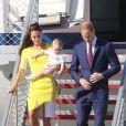 Le prince George de Cambridge portait une barboteuse lors de son arrivée à Sydney le 16 avril 2014 avec ses parents le prince William et Kate Middleton.