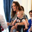 Le prince George de Cambridge, fils du prince William et de Kate Middleton, portait une salopette Rachel Riley lors de sa séance de jeu à la Maison du gouvernement de Wellington, le 9 avril 2014