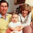 Le prince Charles et Lady Di avec le prince William en barboteuse en 1983 au palais de Kensington, à Londres.