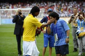 PHOTOS : J.O. : Quand Diego Maradona baise la main de Ronaldinho !!!